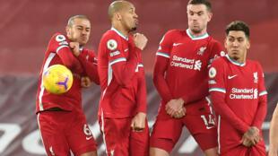 دفاع فريق ليفربول خلال المباراة التي جمعته مع مانشستر يونايتد يوم 17 يناير 2021