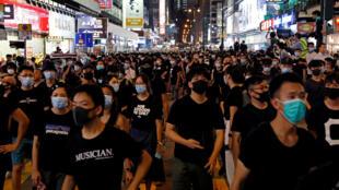 مسيرة مناهضة لتسليم المجرمين  في حي ناثان رود السياحي في هونغ كونغ بالقرب من مونجكوك-