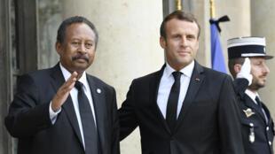 الرئيس الفرنسي إيمانويل ماكرون يستقبل رئيس الوزراء السوداني عبد الله حمدوك في قصر الإليزيه يوم 30 سبتمبر 2019
