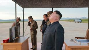 الزعيم الكوري الشمالي كيم جونغ-اون  يراقب تجربة صاروخية