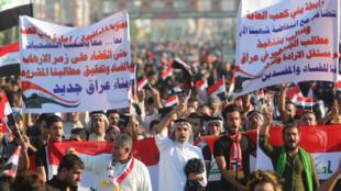 متظاهرون في البصرة ضد السلطة في العراق يوم 1 نوفمبر 2019