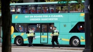 الشرطة البريطانية تحقق في مادة مريبة بحافلة في مانشستر