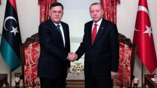 الرئيس التركي مع رئيس حكومة الوفاق الوطني الليبية فايز السراج -