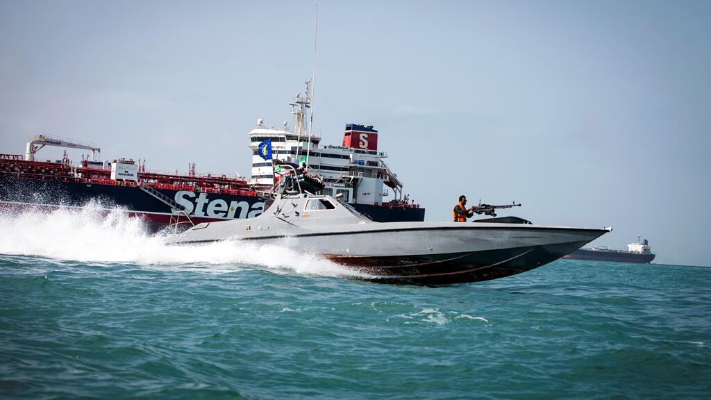 يبحر قارب من الحرس الثوري الإيراني بالقرب من السفينة ستينا إمبيرو.-