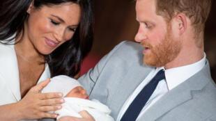 الأمير هاري رفقة زوجته ميغن وطفلهما