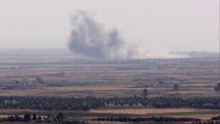 تصاعد الدخان من منطقة حوض اليرموك على الحدود السورية بين الأردن وهضبة الجولان