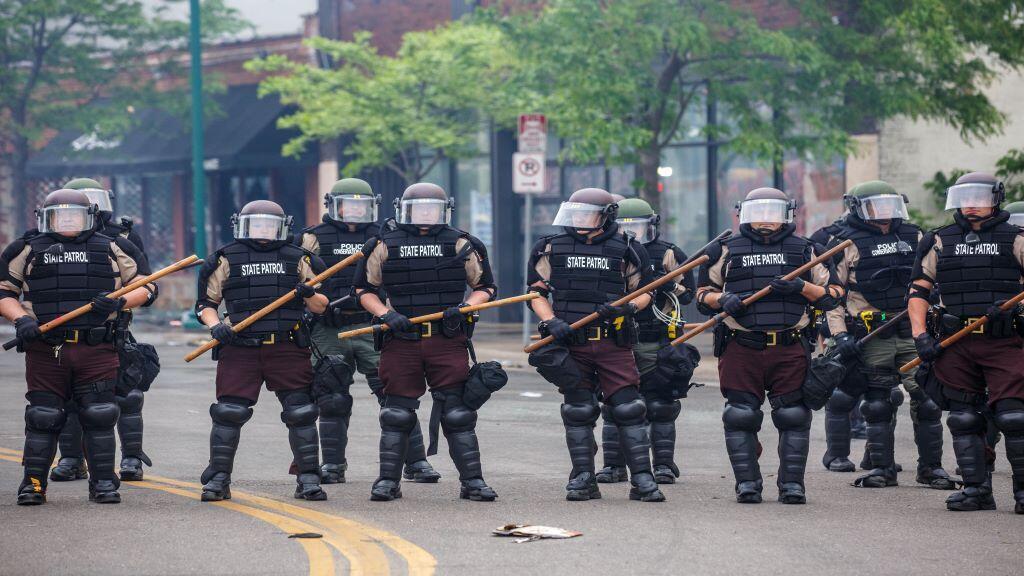 رجال الشرطة تنتشر في مينيابوليس في الولايات المتحدة يوم 29 أيار 2020