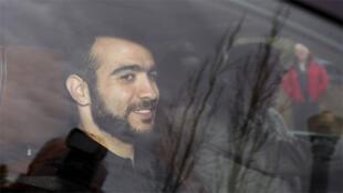 عمر خضر يبتسم لدى وصوله إلى منزل محاميه بعد أن أفرج عنه