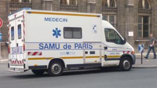 سيارة إسعاف في باريس