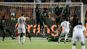 رياض محرز يسجل هدف الفوز لصالح منتخب الجزائر أمام نيجيريا