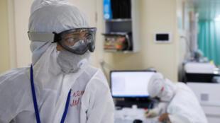 طاقم طبي في مواجهة فيروس كورونا