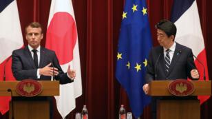 رئيس الوزراء الياباني شينزو آبي يتحدث الرئيس الفرنسي إيمانويل ماكرون طوكيو في 26 يونيو 2019