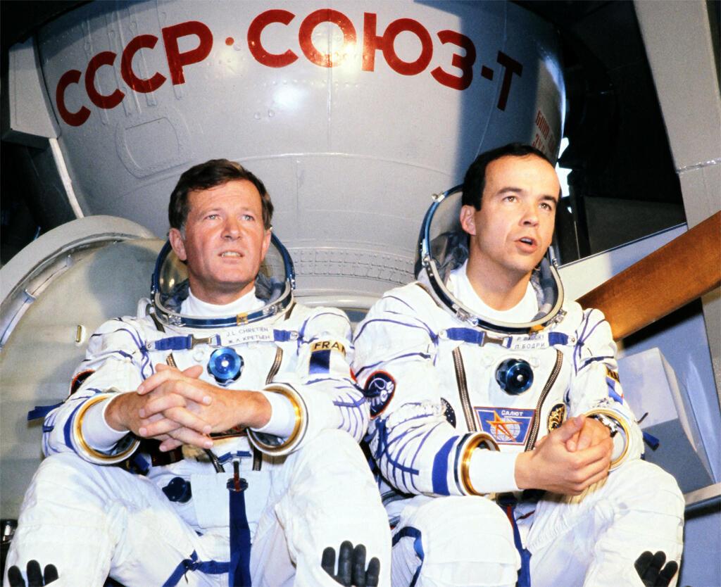 رائدا الفضاء الفرنسيان جان لوو كريتيان (يسار) وباتريك بودري في موسكو عام 1981