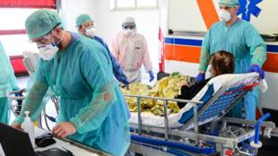 استقبال مصابة بفيروس كورونا في مدينة بريشيا الإيطالية