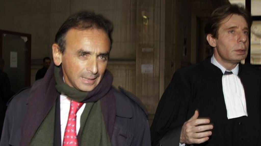 الكاتب والصحافي الفرنسي إريك زمور على اليسار في الصورة
