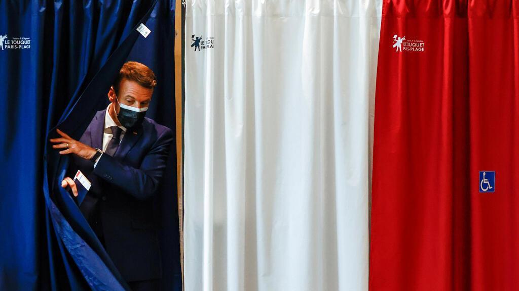 الرئيس الفرنسي إيمانويل ماكرون يصوت في انتخابات المناطق والمقاطعات