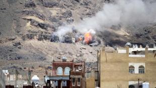 أعمدة الدخان تتصاعد من جبل النقم في العاصمة اليمنية صنعاء 1 يونيو 2015