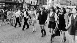 """خلال تظاهرات عيد العمال في 1 أيار 1968 في باريس والتي نظمتها """"الكونفيدرالية العامة الفرنسية للعمل"""""""
