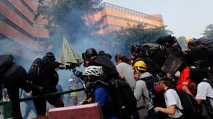 متظاهرون أثناء محاولتهم مغادرة الحرم الجامعي في هونغ كونغ يوم 18 نوفمبر 2019