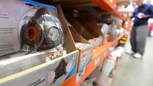 أجهزة للتنفس وأقنعة واقية للوجه في متجر في لوس أنجلوس، كاليفورنيا