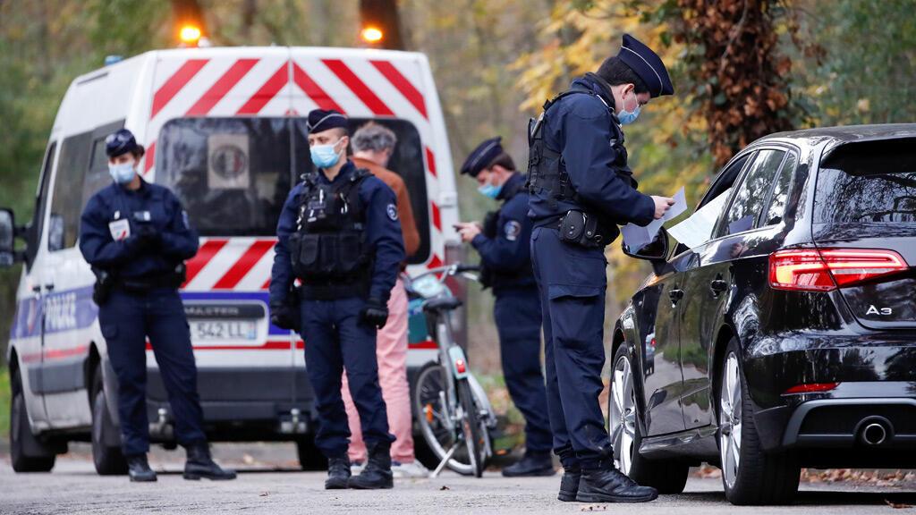 عناصر من الشرطة الفرنسية قرب العاصمة باريس