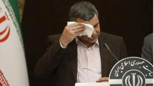 نائب وزير الصحة الإيراني أيراج حريرشي المصاب بفيروس كورونا، يمسح العرق عن وجهه خلال مؤتمر صحفي يوم 24 فبراير/ شباط 2020