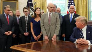 الرئيس الأمريكي ترامب يستضيف رواد فضاء أبولو 11 للاحتفال بالذكرى الخمسين لإنزال القمر في البيت الأبيض في واشنطن