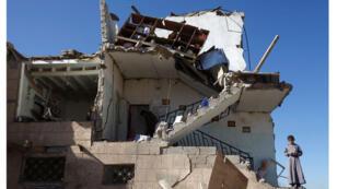 منزل دمّرته غارات التحالف بقيادة السعودية في ضواحي صنعاء