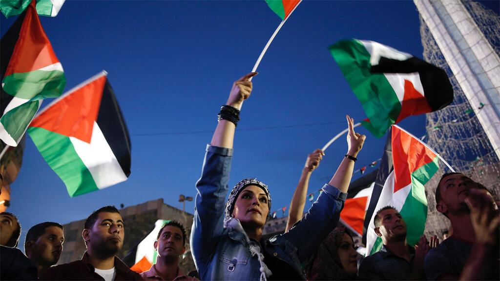 التلويح  بالأعلام الفلسطينية