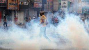 اطلاق الغاز المسيل للدموع في احتجاجات العراق