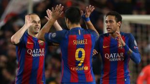 لاعبون من نادي برشلونة يحتفلون بتسجيل هدف