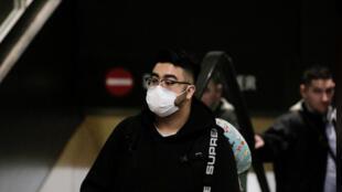 رجل يضع واقِ على وجهه خوفا من انتقال فيروس كورونا