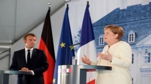 ميركل وماكرون خلال مؤتمر صحفي مشترك في ألمانيا
