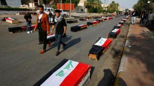 نعوش رمزية لقتلى الاحتجاجات في الناصرية بالعراق في صورة بتاريخ الرابع من ديسمبر كانون الأول 2019.