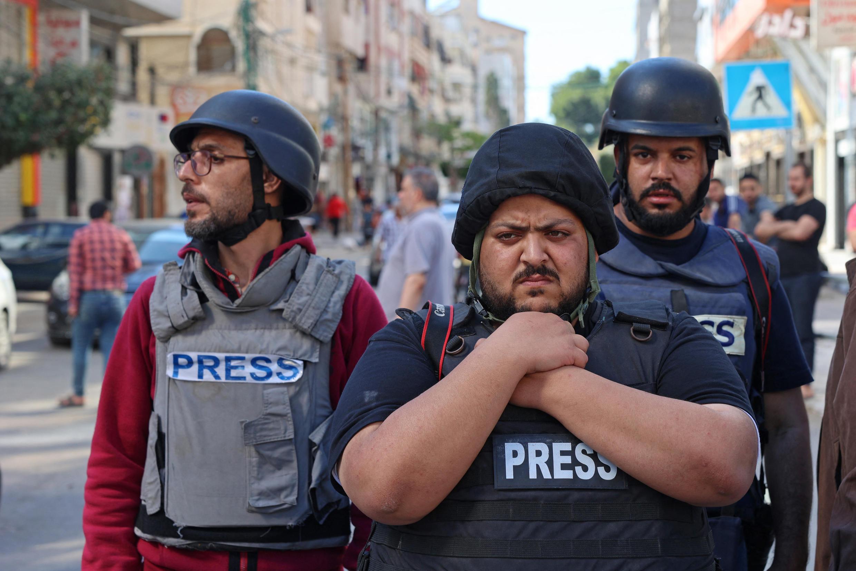صحفيون من وسائل إعلام عربية وأجنبية بعد قصف برج الجلاء في غزة