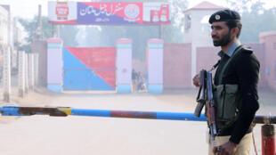 رجل أمن باكستاني-