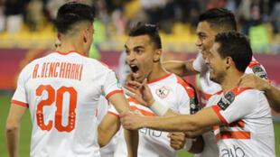 لاعب الزمالك أشرف بنشرقي يحتفل بهدفه مع زملائه خلال مباراة كأس الاتحاد الأفريقي لكرة القدم مع الترجي التونسي في 14 فبراير/شباط 2020