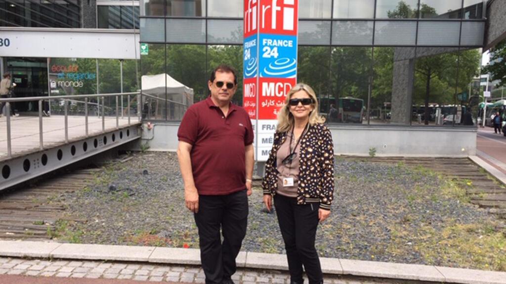 المنتج السينمائي العراقي حكمت البيضاني رفقة الإعلامية كابي لطيف(أمام مبنى مونت كارلو الدولية، باريس)