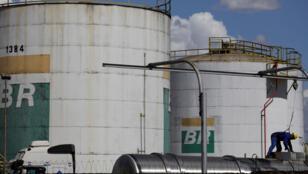 خزانات وقود تابعة لشركة النفط الوطنية البرازيلية بتروليو برازيليرو