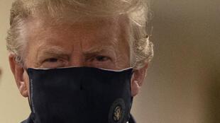 ترامب يرتدي كمامة