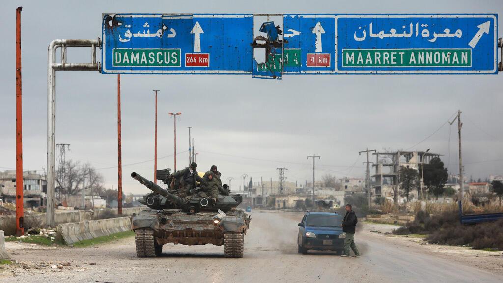 عناصر من الجيش السوري قرب معرة النعمان