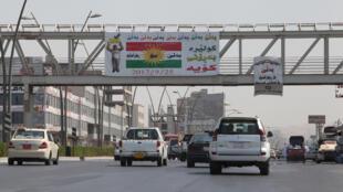 لافتة تدعو لإستقلال كردستان على أحد الجسور