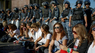 متظاهرون يجلسون على الأرض بالقرب من مقر البرلمان وسط بيروت يوم 19 نوفمبر 2019