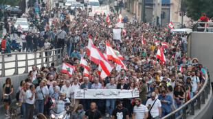 المتظاهرون يسيرون في الشارع أثناء احتجاج في بيروت-