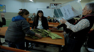 فرز الأصوات بأحد مراكز الاقتراع في تركيا