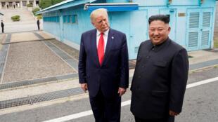 الرئيس الأمريكي دونالد ترامب يلتقي مع الزعيم الكوري الشمالي كيم جونغ أون في المنطقة المنزوعة السلاح التي تفصل الكوريتين ، في بانمونجوم ، كوريا الجنوبية