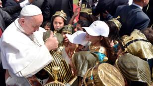 أطفال يستقبلون البابا فرنسيس في القاهرة في 29-04-2017