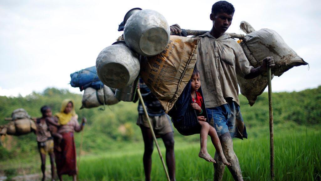 نازحون من مسلمي الروهينغا يحاولون عبور الحدود بين بنغلادش ومانيمار
