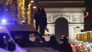 الشرطة الفرنسية تطوق شارع الشانزيليزيه بعد مقتل شرطي