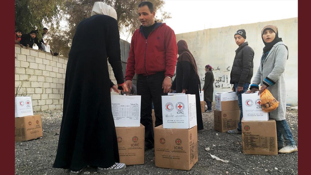 أهالي المعظمية شرق دمشق يتلقون مساعدات من الصليب الأحمر